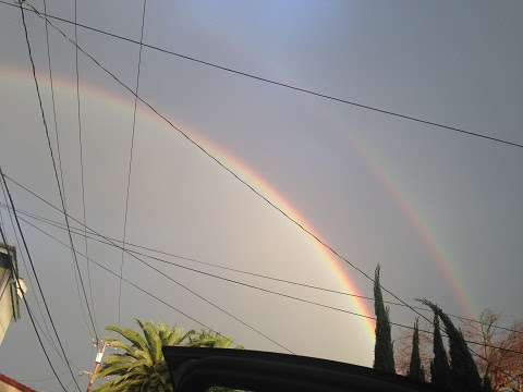 百場聖會圓滿當時,洛城出現東邊下雨西邊晴天,因海玉尊所在的聖地的洛杉磯東方出現兩道彩虹,極為殊勝百場聖會圓滿當時,洛城出現東邊下雨西邊晴天,因海玉尊所在的聖地的洛杉磯東方出現兩道彩虹,極為殊勝雙道彩虹淡去,天空隱約可見兩條金龍在橘色的霞光中(第三世多杰羌佛佛法)