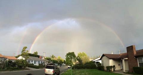百場聖會圓滿當時,洛城出現東邊下雨西邊晴天,因海玉尊所在的聖地的洛杉磯東方出現兩道彩虹,極為殊勝雙道彩虹淡去,天空隱約可見兩條金龍在橘色的霞光中(第三世多杰羌佛佛法)