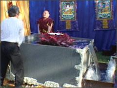 阿寇娜摩仁波切與慈仁嘉措大居士顯示真正的佛法證量,將四千二百六十磅浴佛聖水正提起倒入浴天池中。若不是學到真佛法世界上那一個凡夫能抬得起?(金剛總持益西諾布大法王佛法)