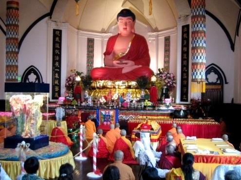 舊金山華藏寺身高二十一呎的阿彌陀佛座像法相莊嚴無比,為世所驚。(林君帆攝)